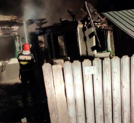 Incendiu după explozia unei butelii. O femeie a ajuns la spital